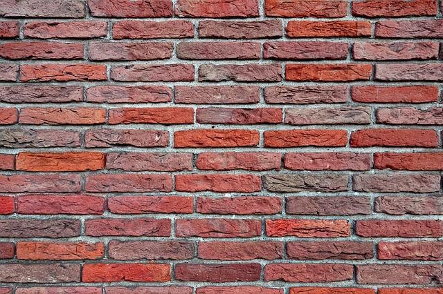 Jakimi materiałami zabezpiecza się konstrukcje murowe?