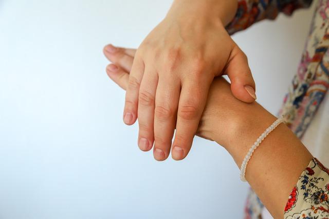 Bezdotykowe dozowniki płynu do dezynfekcji rąk pozwolą walczyć z COVID-1